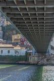Vista detalhada sob D Estrutura da ponte de Luis, cidade de Gaia como o fundo fotografia de stock