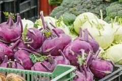 Vista detallada de diversos artículos vegetales en mercado del granjero Fotos de archivo