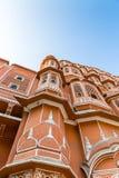 Vista detallada de la fachada roja y rosada de la piedra arenisca de Hawa Mahal foto de archivo libre de regalías