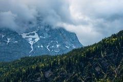 Vista dettagliata al picco di montagna Zugspitze Giorno di estate vicino a Garmisch Partenkirchen La Baviera, Germania Immagini Stock