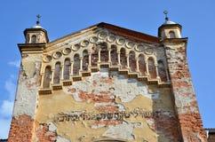 Vista dettagliata alla cima della sinagoga ebrea desolata con un certo tipo Fotografie Stock Libere da Diritti