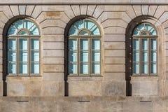 Vista dettagliata alle finestre all'università di costruzione della canonica di Oporto fotografia stock
