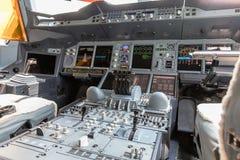 Vista dettagliata del cruscotto e della console concentrare di più grande aereo di linea Airbus A380 Fotografie Stock Libere da Diritti