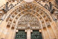 Vista dettagliata del portale della cattedrale della st Vitus Fotografie Stock