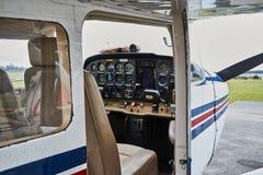 Vista dettagliata della condizione interna dell'aeroplano del Cessna 172 Skyhawk 2 su una pista Immagini Stock