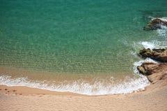 Vista dettagliata della spiaggia meravigliosa di Rocapins a Calella de La Costa, Barcellona, Spagna Fotografie Stock