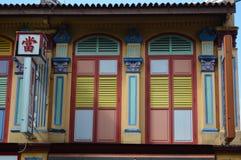 Vista dettagliata delle finestre e degli otturatori coloniali colorati pastelli e pallidi sulla strada del bufalo la poca India,  Fotografie Stock