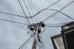 Vista dettagliata di un telaio sudicio e dei trasformatori del cavo ad alta tensione veduti in una città degli Stati Uniti Immagini Stock Libere da Diritti