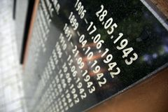 Vista dettagliata di una pietra tombale del memoriale di guerra immagine stock
