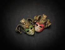 Vista dettagliata splendida piacevole di vecchie maschere teatrali variopinte su fondo grigio scuro Fotografia Stock