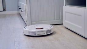 Vista dettagliata su un vuoto robot semovente sul pavimento archivi video