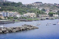 Vista di Acitrezza dal mare di Acicastello, Catania, Sicilia, Italia immagini stock