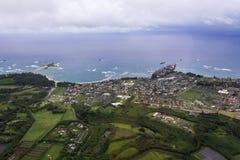 Vista di Aierial della costa dell'oceano e dell'area urbana immagini stock