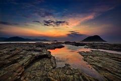 Vista di alba con vista sul mare e rocce fotografia stock libera da diritti