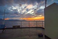 Vista di alba dalla piattaforma del traghetto Fotografia Stock