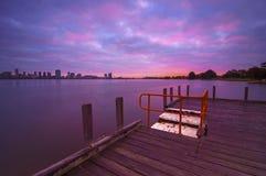 Vista di alba dell'orizzonte di Perth dal fiume del cigno Immagine Stock
