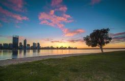 Vista di alba dell'orizzonte di Perth dal fiume del cigno Fotografia Stock