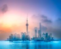 Vista di alba dell'orizzonte di Shanghai con sole Immagini Stock