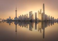 Vista di alba dell'orizzonte di Shanghai con sole fotografia stock