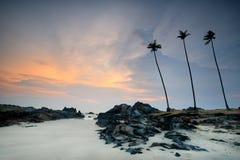 Vista di alba della spiaggia della sabbia con le rocce immagine stock libera da diritti