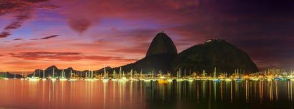Vista di alba di Copacabana e della montagna Sugar Loaf Fotografie Stock Libere da Diritti