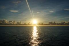 Vista di alba sul mezzo del mare Fotografie Stock