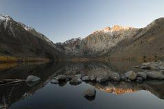 Vista di alba in un lago della montagna Immagini Stock Libere da Diritti
