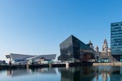 Vista di Albert Dock e di tre tolleranze che costruiscono a Liverpool Fotografia Stock