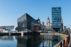 Vista di Albert Dock e di tre tolleranze che costruiscono a Liverpool Fotografie Stock Libere da Diritti
