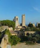 Vista di alcune delle torri di San Gimignano, Italia contro cielo blu, preso dal della Rocca di Parco in pieno degli alberi immagini stock