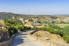 Vista di Aljezur dalla strada privata al castello sulla collina, Portogallo fotografia stock