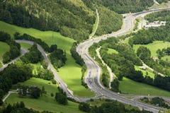 Vista di Alpen alla strada principale della valle Fotografie Stock