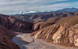 Vista di alte montagne di atlante con il letto di fiume asciutto Fotografia Stock