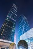 Vista di angolo basso dei grattacieli dello SFI (statistiche finanziarie internazionali) alla notte nel centro di Chengdu Fotografia Stock