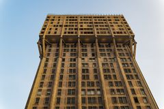 Vista di angolo basso del grattacielo di Milano, Italia Torre Velasca fotografia stock libera da diritti