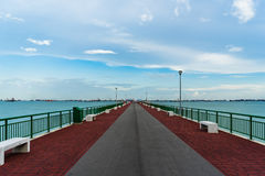 Vista di angolo basso del molo Singapore di Bedok che raggiunge nel mare Immagine Stock Libera da Diritti