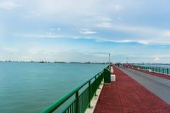 Vista di angolo basso del molo Singapore di Bedok che raggiunge nel mare Fotografia Stock Libera da Diritti