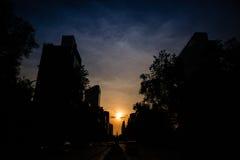Vista di angolo basso del sole che mette sopra Città del Messico Immagine Stock