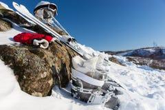 Vista di angolo basso dell'attrezzatura dello sci sotto cielo blu Fotografia Stock Libera da Diritti