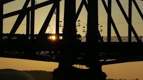 Vista di angolo basso della città di Budapest e del ponte nell'alba stock footage