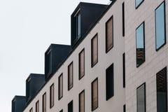 Vista di angolo basso della costruzione di appartamento moderna nella città storica c Immagine Stock