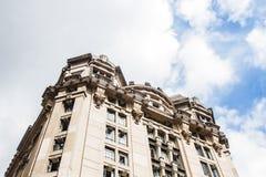 Vista di angolo basso della costruzione classica di architettura Immagini Stock