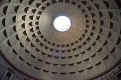 Vista di angolo basso della cupola del soffitto in Roman Pantheon, Roma, Italia immagini stock libere da diritti