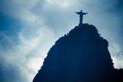 Vista di angolo basso della siluetta Cristo il redentore contro cielo blu Fotografie Stock