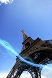 Vista di angolo basso della striscia blu delle luci che passano sotto la torre Eiffel Immagine Stock