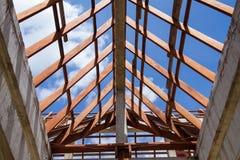 Vista di angolo basso delle capriate e di telaio del tetto di legno di nuova casa c Fotografia Stock Libera da Diritti