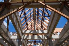 Vista di angolo basso delle capriate e di telaio del tetto di legno di nuova casa c Fotografia Stock