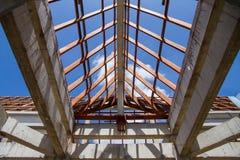 Vista di angolo basso delle capriate e di telaio del tetto di legno di nuova casa c Fotografie Stock