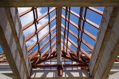 Vista di angolo basso delle capriate e di telaio del tetto di legno di nuova casa c Fotografie Stock Libere da Diritti