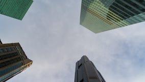 Vista di angolo basso delle costruzioni commerciali nel centro direzionale video d archivio